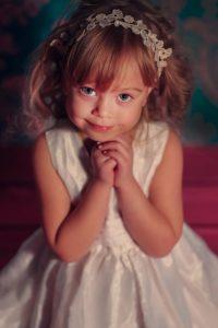 Białe sukienki dla małych dziewczynek