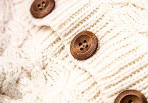 Uniwersalny biały sweter damski